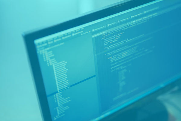 portatil-fondo-azul-programador-madrid
